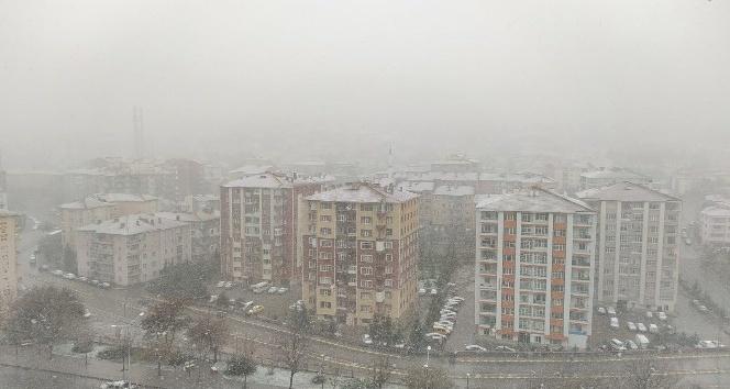 Nisan'da yağan kar Yozgat'ı beyaza bürüdü