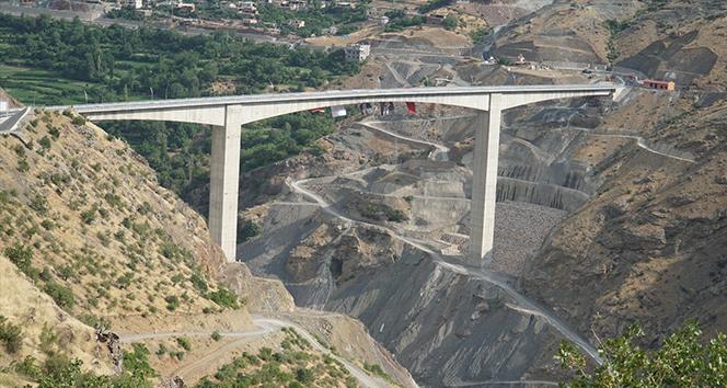 Türkiye'nin en yüksek köprüsü hizmete açıldı
