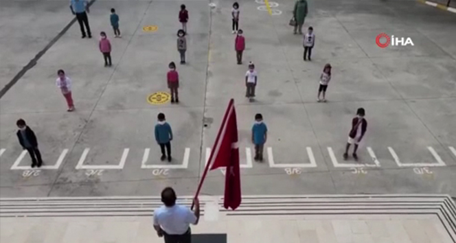 Bakan Selçuk, okullardaki ilk günün heyecanını sosyal medyada paylaştığı videoyla duyurdu