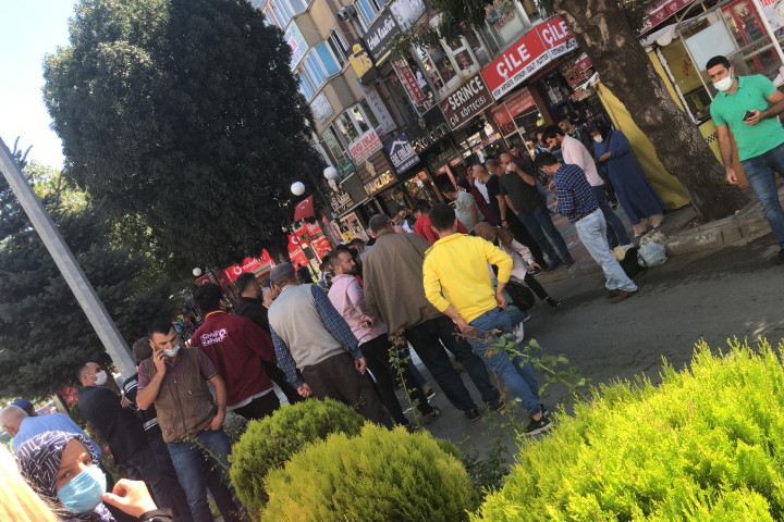 LİSE CADDESİNDE MOTOSİKLET KADINA ÇARPTI.. SÜRÜCÜ DE YARALANDI